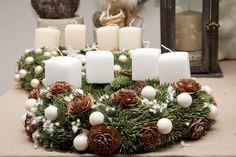 namizni adventni venček v beli barvi