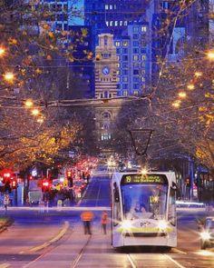 Tram travelling along Elizabeth St, Melbourne, Australia 🇦🇺👊🏻