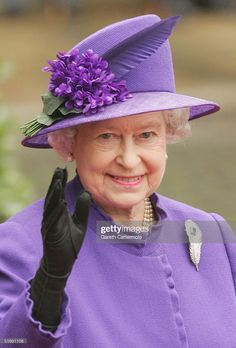 News Photo : HRH Queen Elizabeth leaves Chester Cathedral... Die Queen, Hm The Queen, Royal Queen, Her Majesty The Queen, Queen Elizabeth Wedding, Queen Elizabeth Ii, Betty White, Fascinator Wedding, Fitness Queen