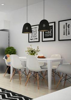 salle à manger blanche avec table rectangulaire, chaises Eames blanches et suspensions en rotin