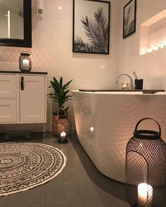 Lovely bathroomCredi SO INCREDIBLY BEAUTIFUL, THIS GLORIOUS BATHROOM, HAS IT ALL, FROM THE AMAZING TUB, FLOOR RUG, LANTERN .......SO DIVINE! ♠️
