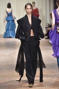 Alberta Ferretti marca a cintura no verão 2017 - Vogue | Desfiles