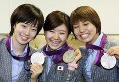 卓球女子団体で獲得した銀メダルを手に笑顔を見せる(左から)石川、福原、平野の3選手=10日午後、成田空港(共同)