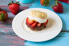 Love strawberry shortcake but on the vegan diet? Fret not! Here is a flawless Vegan Strawberry Shortcake recipe courtesy of Gimme Some Oven. Strawberry Coconut Cakes, Vegan Strawberry Shortcake, Chocolate Strawberry Smoothie, Strawberry Recipes, Tart Recipes, Fruit Recipes, Dessert Recipes, Summer Recipes, Recipies