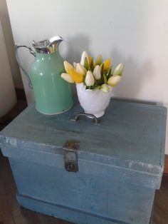 A beat-up wooden trunk (which I got for 20$) gets a new lease of life with a good clean up and paint.  To preserve its patina I did many light coats of paint and used plenty of rags to soften the effect!  Add a coat of beewax and that's it! Wooden Trunks, Clean Up, Preserves, Diy, Cottage, Coats, Paint, Home Decor, Bonheur