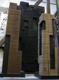 A.LANORE // Atelier // Petite stèle et 2 colonnes rainurées.