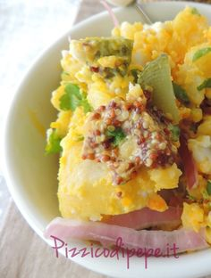 Insalata di patate e uova sode, con cetriolini e senape