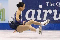 女子フリー トリプルアクセルの着氷に失敗し、転倒する浅田真央=現地時間20日、米国デトロイト「ジョー・ルイス・アリーナ」