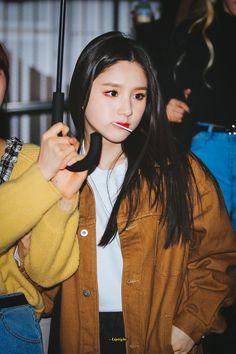 Today is her birthday - Heejin! Sooyoung, South Korean Girls, Korean Girl Groups, These Girls, Cute Girls, Olivia Hye, Girl Crushes, Kpop Girls, Female