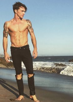 Drake Bell's Alleged Nude Pics Leak Online & Fans Freak Out With Epic Memes | Viral Feed Today Drake Bell Now, Randy Wayne, Bryan White, Drake And Josh, Justin Bieber Pictures, Hottest Male Celebrities, Celebs, Black Ripped Jeans, Shirtless Men