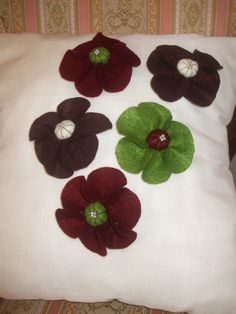 Almofada para quarto de casal, flores feitas em feltro