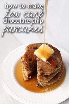 A keto spin on classic chocolate chip pancakes. Watch our video on how to make super moist and delicious keto pancakes using no white flour or sugar of any kind! Sugar Free Chocolate Chips, Chocolate Chip Pancakes, Low Carb Chocolate, Keto Foods, Keto Snacks, Dessert Bars, Low Carb Breakfast, Breakfast Recipes, Breakfast Ideas