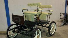 Carruajes ponys. Carro e 4 ruedas tipo buggy, para pony, capacidad para 4 plazas. Elaborado en metal , pescante de madera, asientos forrados en polipiel, ruedas neumaticas de 21 pulgada, suelo forrado en goma. Soporte para cesta. Se elaboran en diferentes colores. Opcio