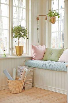 LANTLIV: Fina fönster. Passa på att njuta av ljuset även inomhus. En platsbyggd sittplats vid favoritfönstret är perfekt. Vägglampa Edison i mässing, 1 825 kr, Konsthantverk. Mintgrön pläd/överkast, 1 649 kr, KontorEtt. Rosa silkeskudde med skinnband, 549 kr, How kudd You. Grön kudde Dot, 759 kr, Esq. Kudde Labyrint i rosa/guld, 1 295 kr, Ateljé Alt. Rottingkorg med handtag, 425 kr, Hemslöjden i Östergötland. Tapeter i pastellfärger Pigment, 339 kr och Brilliant med grafiskt mönster, 339 kr…