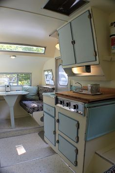 Vintage Travel Trailers Ideas – Vintage and antique items Vintage Caravan Interiors, Vintage Camper Interior, Retro Caravan, Camper Caravan, Campervan Interior, Tiny Camper, Camper Life, Vintage Campers Trailers, Vintage Caravans