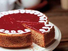 Runebergin päivän kunniaksi voi leipoa kakun, josta riittää herkuteltavaa isommalle porukalle. Kakku koristellaan vadelmahillolla ja tomusokerista ja vedestä... Sweet Recipes, Cake Recipes, Finnish Recipes, Let Them Eat Cake, Tiramisu, Gingerbread, Recipies, Cheesecake, Food And Drink