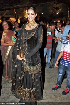 Sonam Kapoor in black & gold lehenga with long blouse at the Wedding Reception of Kunal Vardhan and Ritika Rawat. Eid Outfits, Pakistani Outfits, Indian Outfits, Indian Attire, Indian Wear, Velvet Dress Designs, Churidar, Anarkali, Indian Look