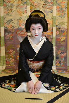 三月七日、めでたく芸妓とし真菜が誕生しました。幾久しくご贔屓に、よろしゅうお頼申します。芸妓の化粧もあるのでしょうが、一日で大人になった様な雰囲気に。可愛... Japanese Costume, Japanese Kimono, Japanese Art, Japanese Beauty, Japanese Fashion, Asian Beauty, Geisha Japan, Kyoto Japan, Okinawa Japan