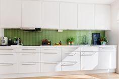 Modernt kök med generösa förvaringsutrymmen. Torplyckegränd 126 - Bjurfors
