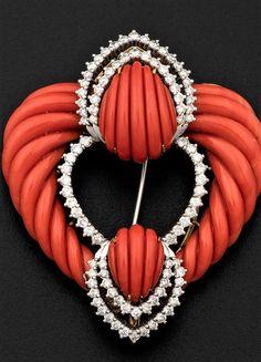Spilla con corallo inciso e diamanti di taglio a brillante montatura in oro 585/1000 Brooch, Pendant, Jewels, Pendants