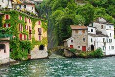 Nesso ,Varenna , Brienno , Bellaggio , Menaggio y Cernobbio son algunos de los encantadores pueblos que parecen colgados como miradores al Lago di Como, uno de los lagos más bonitos que podríamos recorrer en Italia. En este post encontrarás un itinerario sugerido para hacer una vuelta completa a este lago deteniéndose en puntos encantadores …