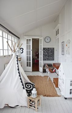 Белые двери в интерьере: 30+ лучших дизайнерских идей и решений