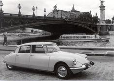 Citroën DS from 1955. With his very progressive hydraulic break, clutch and suspention.