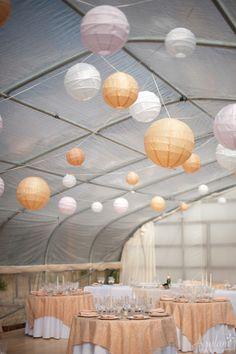 Farolillos de papel de distintos colores añaden un toque elegante de color a esta carpa / Paper lanterns in different shades add an elegant touch of colour to the tent
