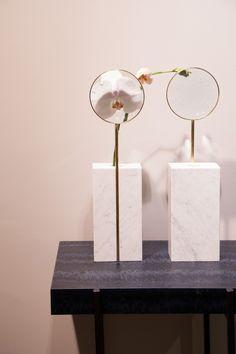 Vase loupe d'Alexandre Dubreuil édité par la Gallery Bensimon Palm Tree Flowers, Glass Boxes, Vase, Magnifying Glass, Ikebana, Retail Design, Decoration, Oeuvre D'art, Candle Sconces