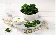 En sunn snack som kan erstatte potechips! Sprø grønnkål med syrlig rømmedipp er så godt at det er avhengighetsskapende.