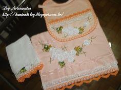 LOY HANDCRAFTS, TOWELS EMBROYDERED WITH SATIN RIBBON ROSES: Conjunto para bebê, bordado com flores de fitas em...