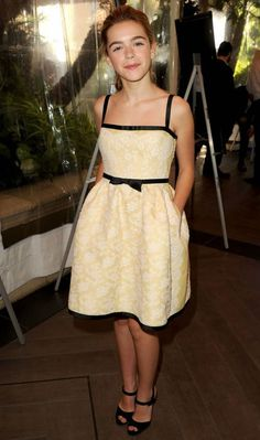 O look da Kiernan Shipka é perfeito para quem gosta de um estilo girlie clássico. O amarelo discreto deixa a produção mais divertida!