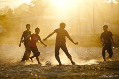 Para los niños jugar al fútbol con los amigos tiene más importancia que la cancha en dónde se juegue.