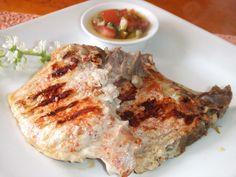 Chuletas de cerdo con vinagreta de alcaparras. Ver receta: http://www.mis-recetas.org/recetas/show/42507-chuletas-de-cerdo-con-vinagreta-de-alcaparras