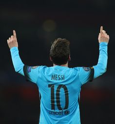 Lionel Messi of Barcelona celebrates scoring his second goal during the UEFA Champions League round of 16 first leg match between Arsenal and Barcelona on February 23, 2016 in London, United Kingdom. Messi Vs, Messi Soccer, Lionel Messi Barcelona, Football Images, Sports Stars, Uefa Champions League, Arsenal Fc, Fantasy Football, Soccer Players