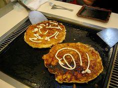 Recette d'okonomiyaki au chou, champignons, carottes, épinards entre pancake et pizza (Japon)  Finement épicée, cette recette est un peu comme une pizza végétarienne composée de chou, de poivron, d'oignons verts, de carottes, champignons, épinards. Côté épices, cet okonomiyaki est parfumé au gingembre, piment, sauce soja. Préparé comme des pancakes, il trouve sa place dans une lunchbox, un bento pour le repas au bureau