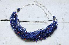 Naszyjnik niebieski -  biżuteria hand made, wykonany z wysokogatunkowego ciemnoniebieskiego kordonka na szydełku, z wplecionymi koralikami Preciosa.