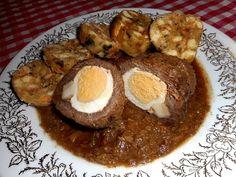 Štěpánská hovězí pečeně - Z masa si ukrojíme 2 plátky, osolíme , opepříme, potřeme hořticí a položíme na každý plátek celé vejce uvařené natvrdo a proužek slaniny. Smot..