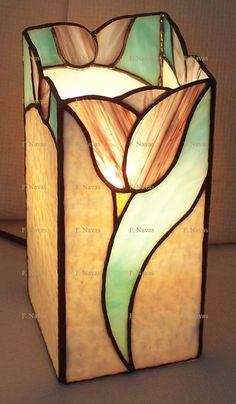 idea for a flower vase Stained Glass Lamp Shades, Stained Glass Table Lamps, Stained Glass Light, Stained Glass Flowers, Stained Glass Panels, Stained Glass Projects, Stained Glass Patterns Free, Stained Glass Designs, Objet D'art