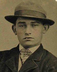 Billy the Kid – Jesse James Photo Album Old West Outlaws, Famous Outlaws, Old West Photos, Bonnie Parker, Native American Cherokee, Western Photo, Billy The Kids, Young Guns, American Frontier