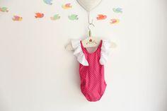 Fato de banho cor de rosa com pintinhas brancas. Alças com folhos.http://www.tictacbabies.com/loja/fatos-de-banho/fato-de-banho-rapariga-cor-de-rosa-com-pintinhas/