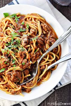 One-Pot Spaghetti is quick, easy, & delicious, with only one pot to wash for a family-pleasing dinner.you'll never make regular spaghetti again! Spaghetti With Ground Beef, One Pot Spaghetti, One Pot Pasta, Spaghetti Recipes, Beef Recipes, Italian Recipes, Cooking Recipes, Italian Foods, Beef Sauce