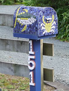 Mosaic mailbox - really cool idea, but it would be so heavy.  Not sure how it stays up.