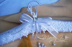 """Seu """"DIA D"""" merece charme e sofisticação. Para seu vestido,um lindo cabide em tafetá e renda guipure, laço voail e fita cetim,com detalhe em strass e gancho forrado com fita. ATENÇÃO: Fotos ilustrativas,as rendas podem ser com outros desenhos,caso não esteja disponível,porém seguem o mesmo es... Clothes Hanger, Wedding Gifts, Diy And Crafts, Wedding Decorations, Goodies, Projects To Try, Craft Ideas, Vintage, Design"""