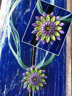 Nyaklánc lila-zöld tavirózsa medállal.