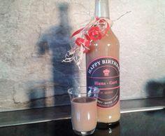 Rezept Kaffee-Sahne-Likör (Bailey's)...     50 g Vollmilchschokolade, in Stücken     220 g Zucker     1-2 Teelöffel lösliches Kaffeepulver     1 Stück Ei, Größe L     500 g Sahne     300 g Whiskey