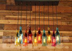 Questo lampadario moderno aggiunge il perfetto burst di colore ad un interno netto. Esso è composto da bottiglie tagliate a mano che hanno una