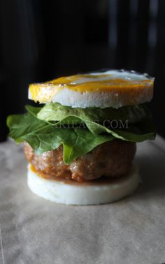 Egg Bun Burger A classic kiwi favourite without all the carbsYou will need: 2 large organic eggs50-80 grams raw sausage meat - I used free farmed chorizoCoconut oil to grease + cook Note: You will need at least two egg rings for this - I use three.Optional fillings: Baby spinachAvocadoCucumber Lettuce (iceberg, cos, romaine or mesclun)Goats FetaCheddar Parmesan crispsFull fat mayonnaise Basil pesto