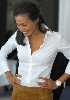 Smiling Ines Sastre chic perfection in in classic white cotton blouse and mustard suede pencil skirt Style Work, Mode Style, Simple Style, Her Style, Classic White Shirt, Crisp White Shirt, White Shirts, Trend Fashion, Work Fashion