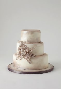 An antiqued cake provides the perfect dessert at any vintage #wedding!